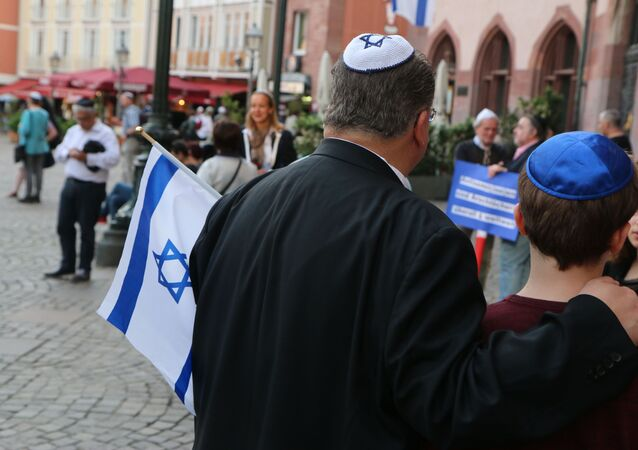 La gente in kippah in Germania