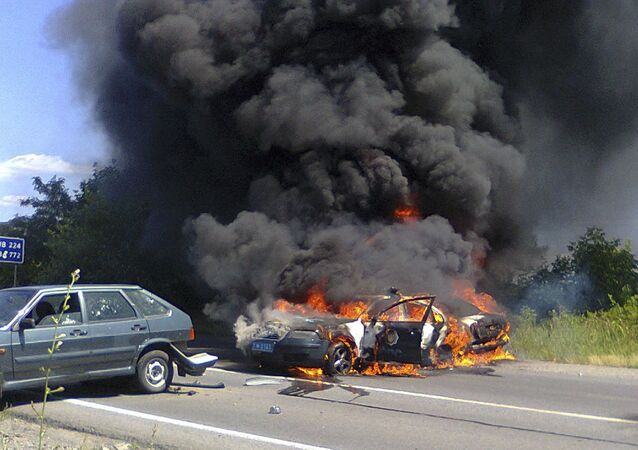 Due auto di polizia in fiamme a Mukachevo, in Transcarpazia