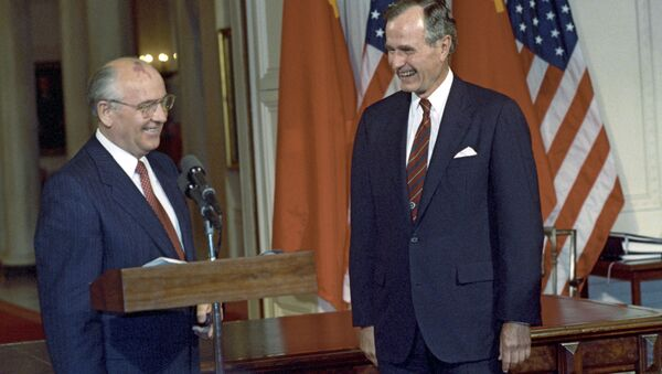 1990, il presidente dell'Unione Sovietica Mikhail Gorbačev e il presidente USA George Bush - Sputnik Italia
