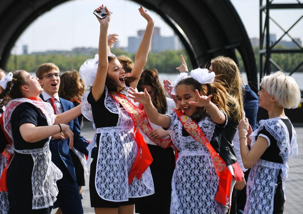 La gioia di queste giovani studentesse per le tanto agoniate vacanze estive