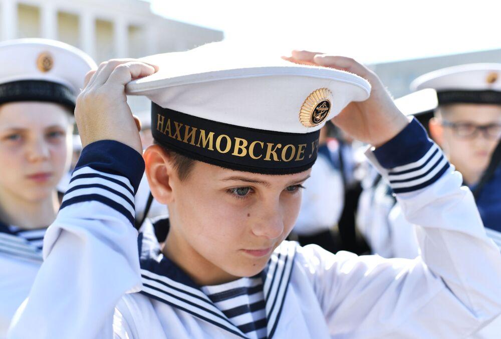 Un cadetto dell'accademia navale militare Nakhimovskiy di Sebastopoli si aggiusta il cappello nell'ultimo giorno di scuola