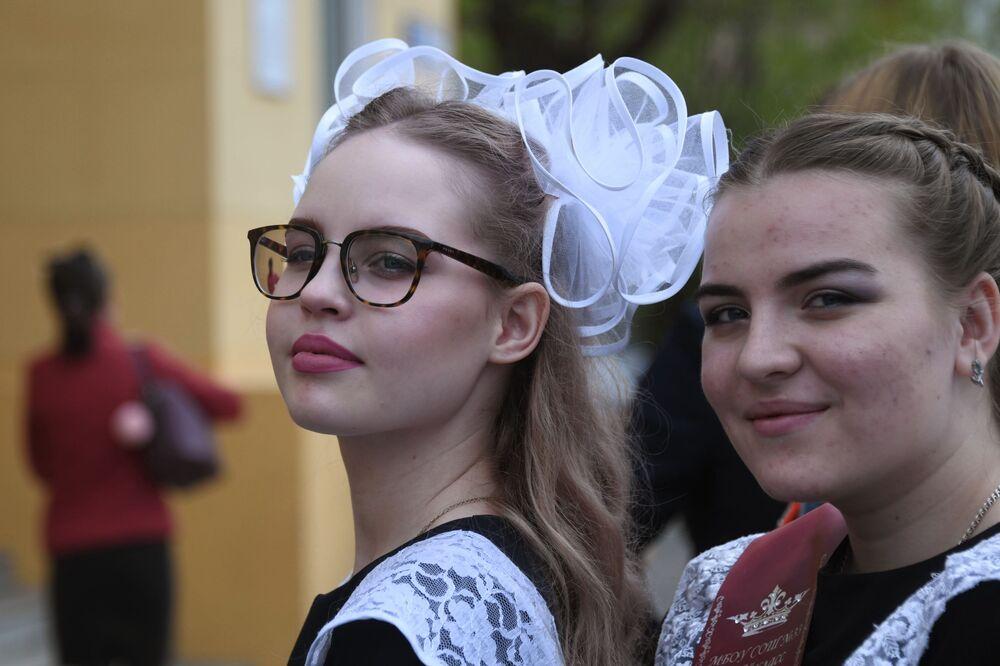 Due ragazze prima del ballo di fine anno nella Casa degli Ufficiali di Chita