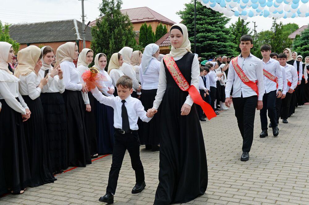 L'ultimo giorno di scuola in un villaggio della Cecenia