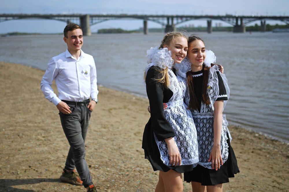 Gli studenti di ogni città festeggiano l'ultimo giorno di scuola secondo le loro tradizioni: a Novosibirsk è d'obbligo una passeggiata (con bagno?)  lungo le sponde del fiume Ob'