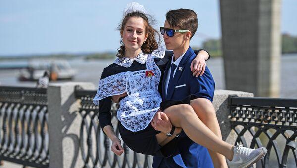 Due studenti nell'ultimo giorno di scuola a Novosibirsk - Sputnik Italia