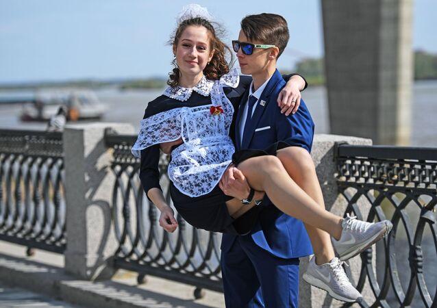 Due studenti nell'ultimo giorno di scuola a Novosibirsk