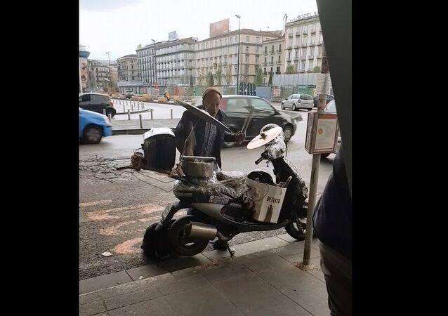 Vespa a batteria sulla Piazza Garibaldi a Napoli, foto