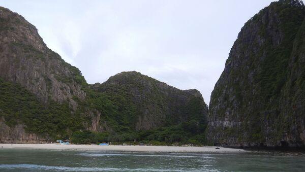 Закрытый для туристов пляж Maya bay на островах Пхи-Пхи в Таиланде  - Sputnik Italia