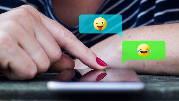 Una ragazza usa i servizi di messaggistica istantanea sul proprio smartphone - Sputnik Italia