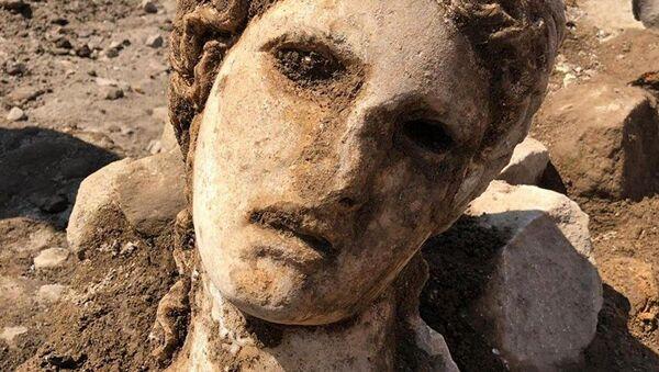 La testa di marmo che sarebbe appartenuta a una grande statua del dio Dioniso - Sputnik Italia