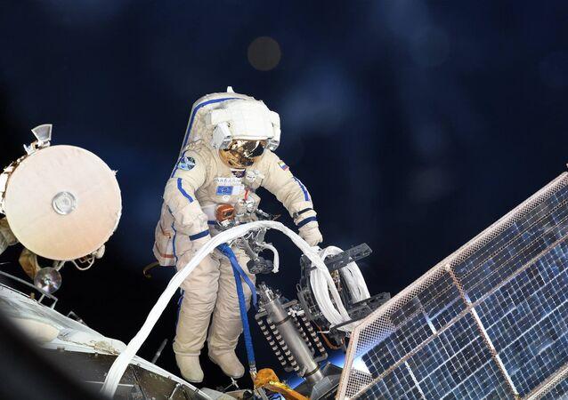 Astronauta russo nello spazio aperto (foto d'archivio)