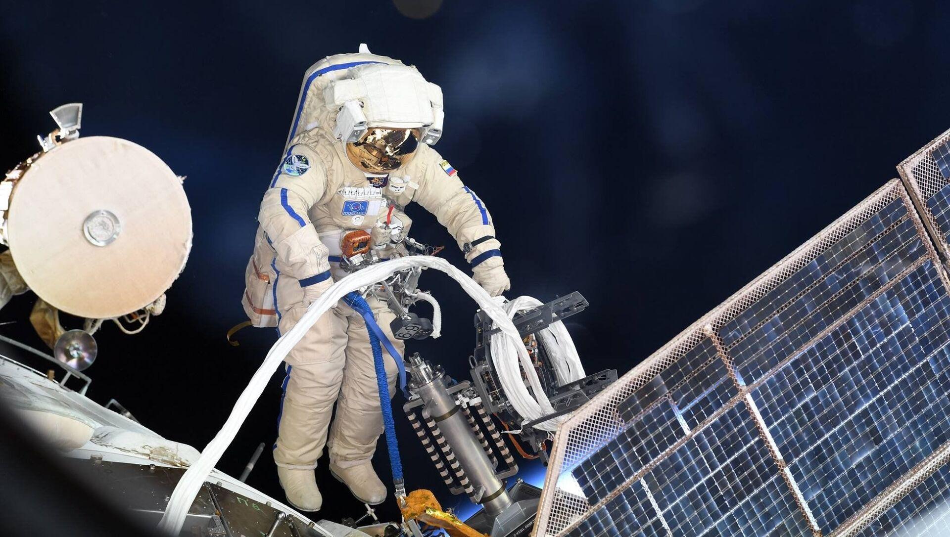Astronauta russo nello spazio aperto - Sputnik Italia, 1920, 27.03.2021