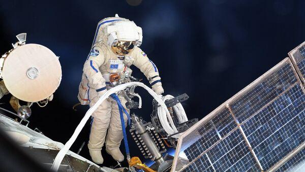 Astronauta durante uscita nello spazio - Sputnik Italia