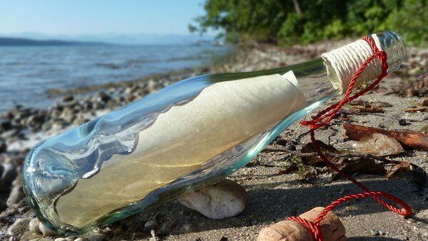 Бутылка с посланием, выброшенная на берег - Sputnik Italia