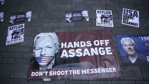 Poster a sostegno di Julian Assange presso il tribunale magistrale di Londra - Sputnik Italia