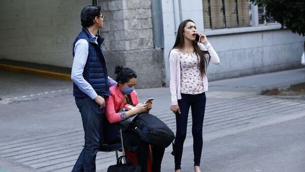 Persone sulla strada dopo un terremoto in Messico - Sputnik Italia