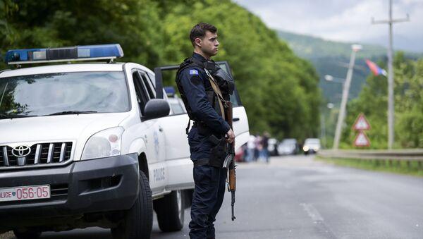 Член специального подразделения полиции Косово во время операции, направленной против организованной преступности - Sputnik Italia