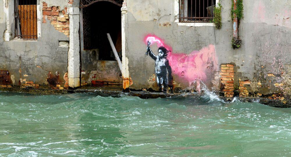 Presumibilmente l'opera di Banksy che raffigura un bambino migrante a Venezia