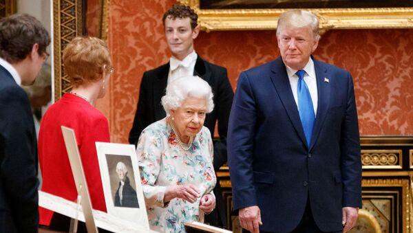 Donald Trump e regina Elisabetta II - Sputnik Italia