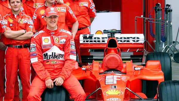 Легендарный гонщик Михаэль Шумахер и его болид  - Sputnik Italia