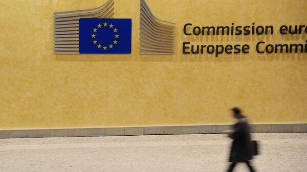 Un passante di fronte alla sede della Commissione Europea a Bruxelles - Sputnik Italia