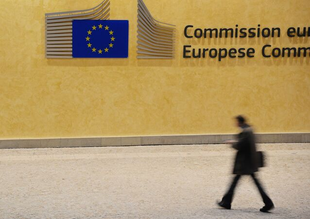 Un passante di fronte alla sede della Commissione Europea a Bruxelles