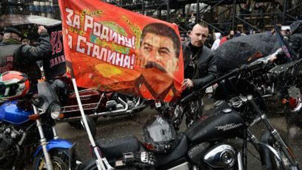 PArtecipanti della marcia di motociclette dedicata al 70esimo anniversario dalla vittoria della Seconda Guerra Mondiale con una bandiera che recita Per la patria, per Stalin! - Sputnik Italia