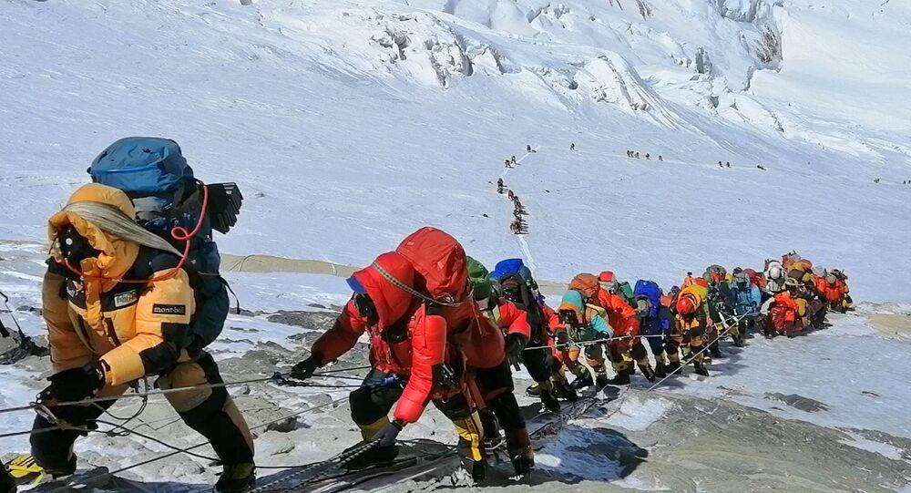Scalatori sull'Everest in coda