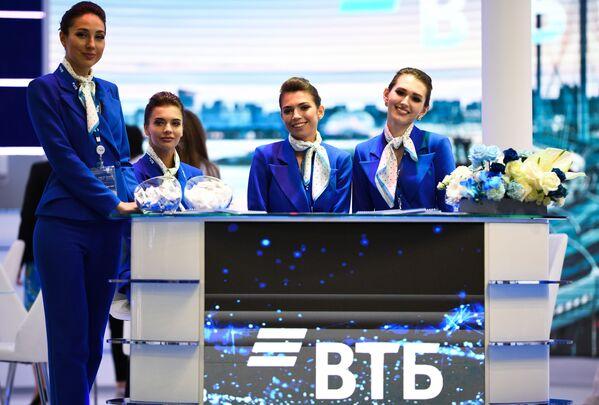 I rappresentanti della banca VTB al centro espositivo Expoforum. - Sputnik Italia