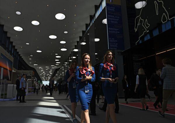 Le partecipanti al Forum Economico Internazionale di S. Pietroburgo (SPIEF) nel centro espositivo Expoforum. - Sputnik Italia