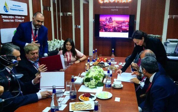 La firma dell'accordo tra il Presidente di SAFMAR Group, Mikhail Gutseriev, il Presidente di New Gavan, Denis Sherbakov (a sinistra) ed il presidente del Gruppo Maire Tecnimont, Fabrizio Di Amato (a destra) - Sputnik Italia