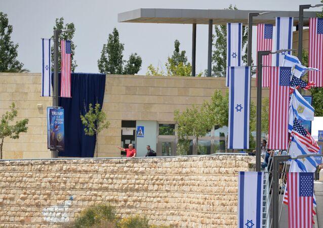 Le bandiere di USA e Israele presso la nuova Ambasciata statunitense a Gerusalemme