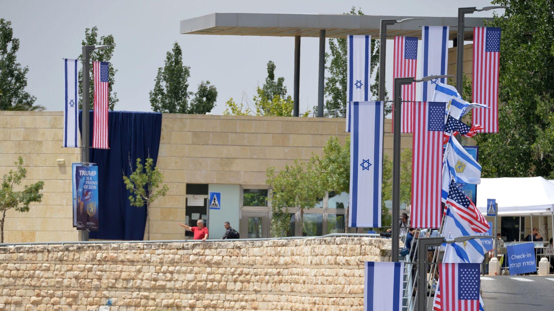 Le bandiere di USA e Israele presso la nuova Ambasciata statunitense a Gerusalemme - Sputnik Italia, 1920, 15.05.2021