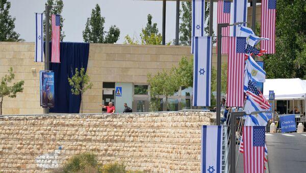 Le bandiere di USA e Israele presso la nuova Ambasciata statunitense a Gerusalemme - Sputnik Italia