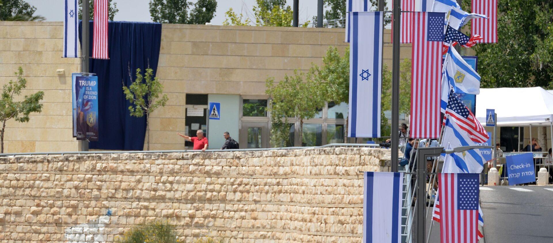 Le bandiere di USA e Israele presso la nuova Ambasciata statunitense a Gerusalemme - Sputnik Italia, 1920, 16.05.2021