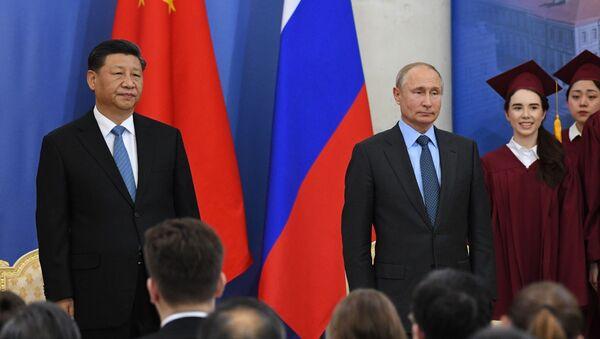Il presidente russo Vladimir Putin conferisce al presidente cinese Xi Jinping  il titolo di dottore onorario dell'Università Statale di San Pietroburgo - Sputnik Italia
