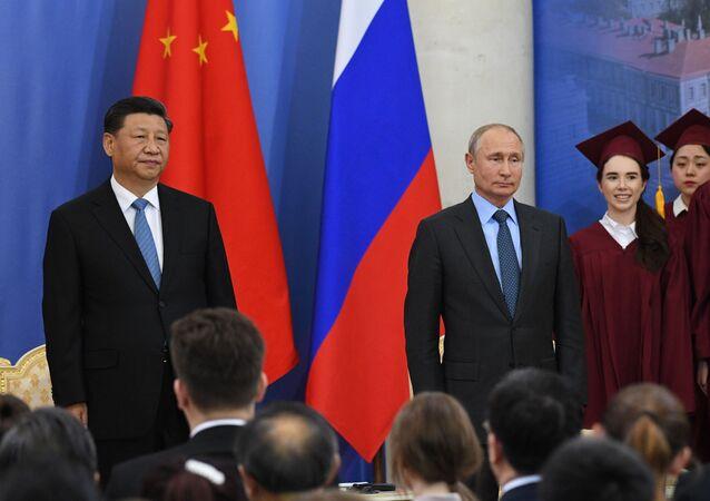Il presidente russo Vladimir Putin conferisce al presidente cinese Xi Jinping  il titolo di dottore onorario dell'Università Statale di San Pietroburgo
