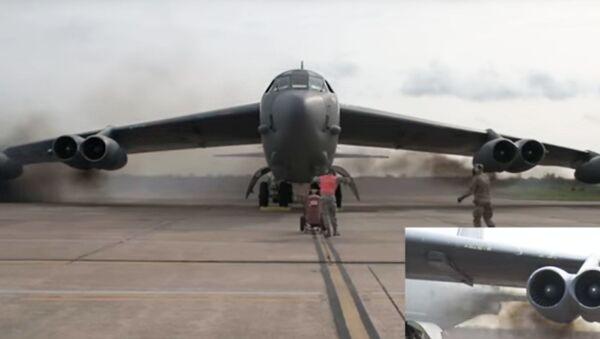 Скриншот из видео запуска двигателей стратегического бомбардировщика ВВС США B-52 Stratofortress необычным способом - при помощи пороховых стартеров - Sputnik Italia
