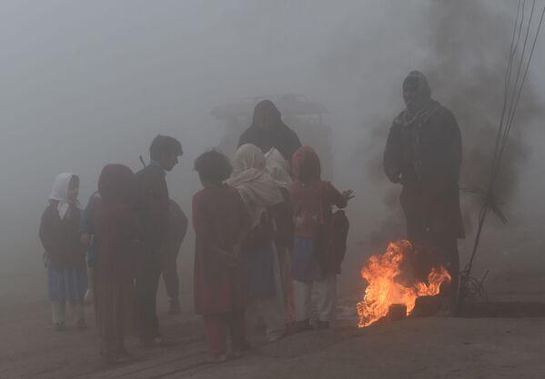 Lahore, Pakistan: bambini intorno ad un fuoco improvvisato per riscaldarsi - Sputnik Italia