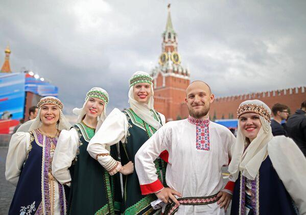 Spettacolo con i costumi tipici dei popoli della Russia sulla Piazza Rossa di Mosca - Sputnik Italia