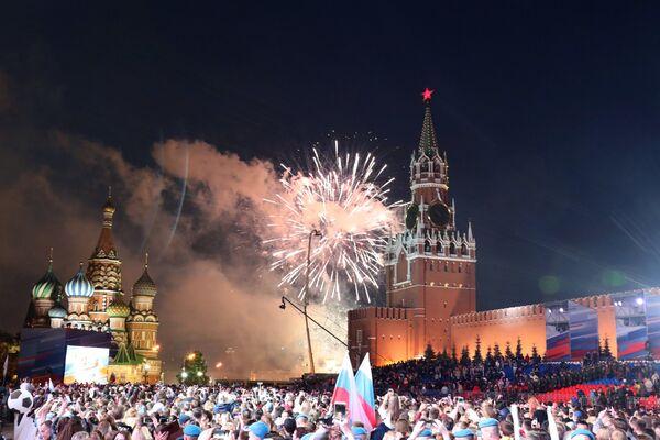 Il Giorno della Russia si conclude da tradizione con uno spettacolo pirotecnico nel cielo di Mosca - Sputnik Italia