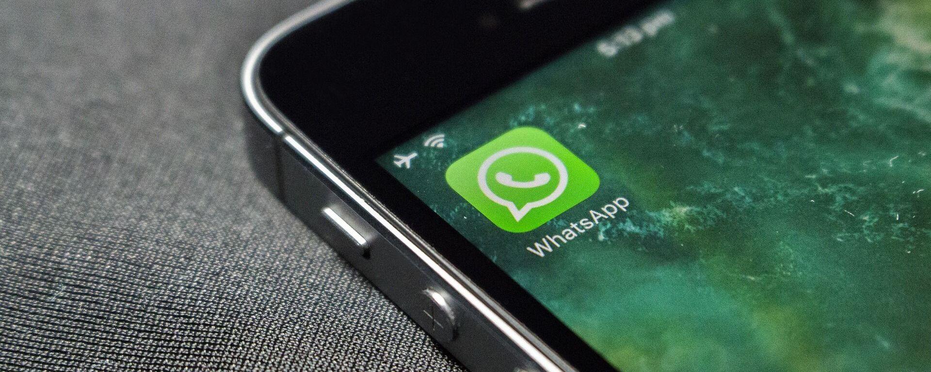 Logo dell'applicazione WhatsApp sullo schermo di uno smarphone - Sputnik Italia, 1920, 28.06.2021