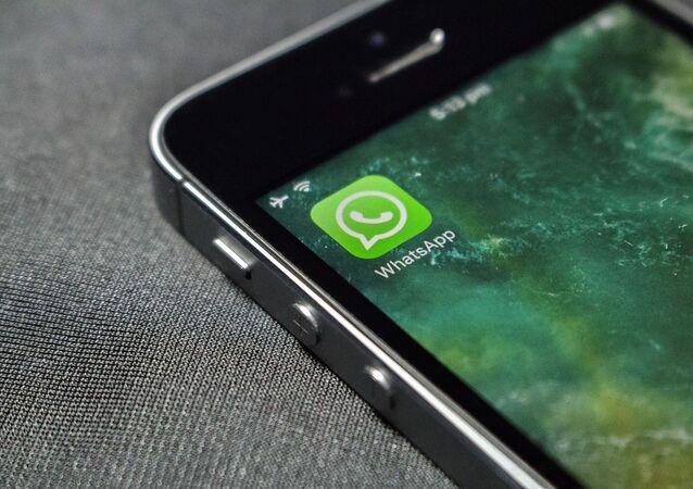 Logo dell'applicazione WhatsApp sullo schermo di uno smarphone