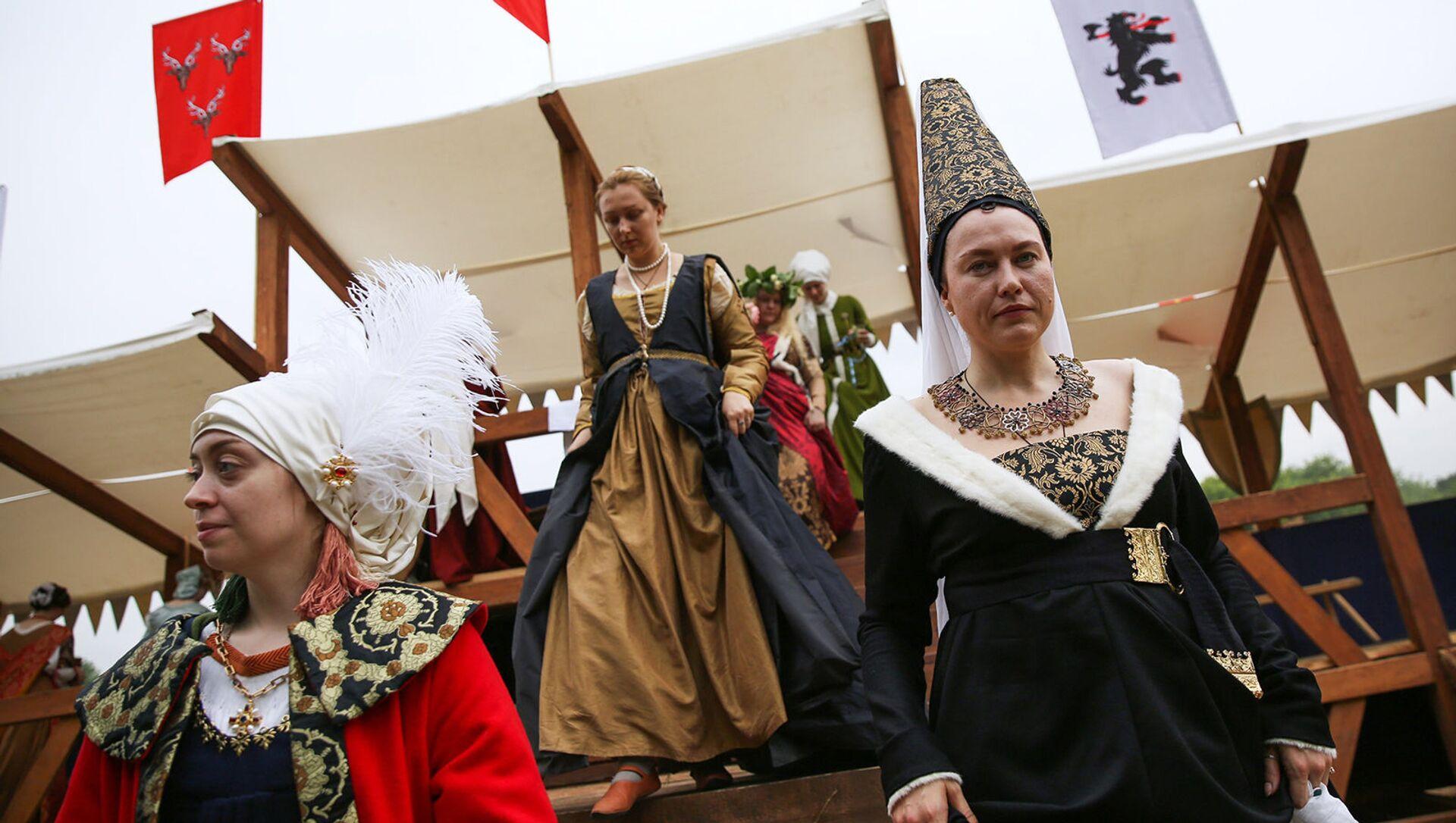 Come nel medioevo, mentre i cavalieri si sfidano le dame in costume fanno da spettatrici - Sputnik Italia, 1920, 04.03.2021