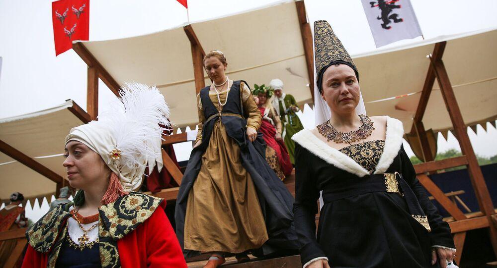 Come nel medioevo, mentre i cavalieri si sfidano le dame in costume fanno da spettatrici
