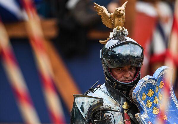 Uno dei cavalieri partecipanti al torneo: con l'armatura addosso arrivano a pesare oltre 120 kg - Sputnik Italia