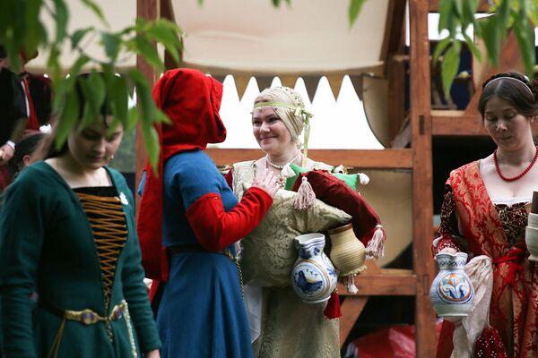 Altre dame portano viveri ed acqua ai loro cavalieri - Sputnik Italia