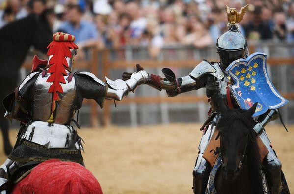 Due cavalieri si scambiano un segno di saluto prima del combattimento - Sputnik Italia