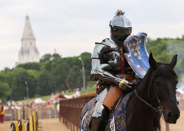 Un cavaliere si prepara al duello: sullo sfondo le colline del parco di Kolomenskoe la chiesa dell'Ascensione risalente al XVI secolo - Sputnik Italia