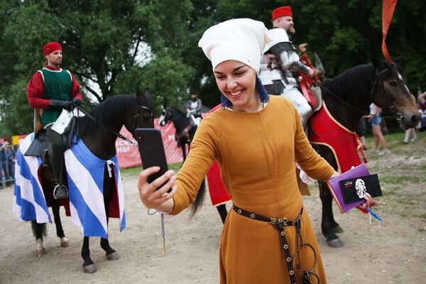 Uno foto da macchina del tempo: questa ragazza pur indossando i costumi d'epoca non rinuncia ad un selfie  - Sputnik Italia